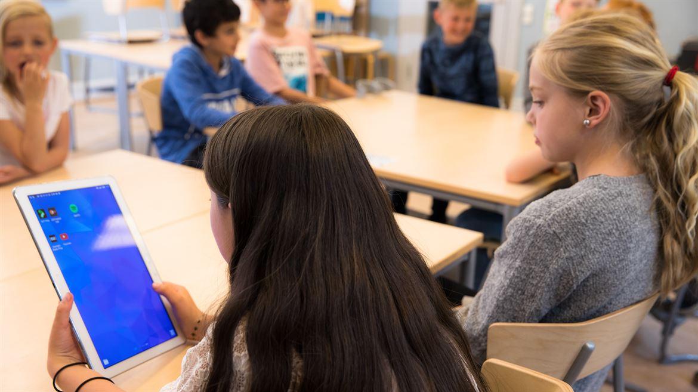 Surfplatta i undervisningen, elever använder appp.