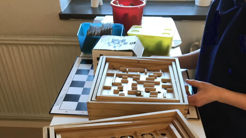 Barn spelar labyrintspel på fritids