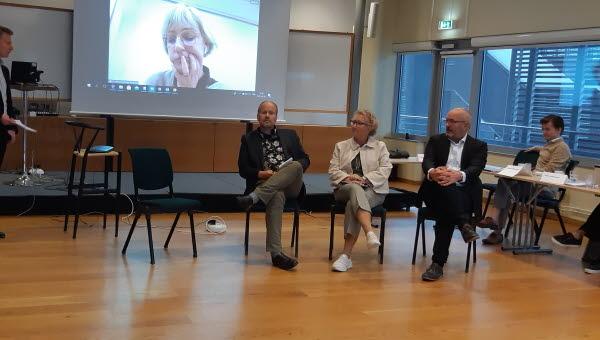 Bild på styrelsemöte i en konferenslokal