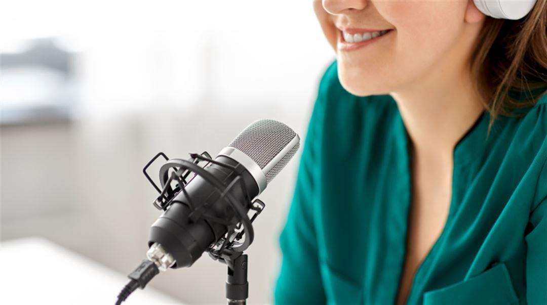 Kvinna vid mikrofon Podcast
