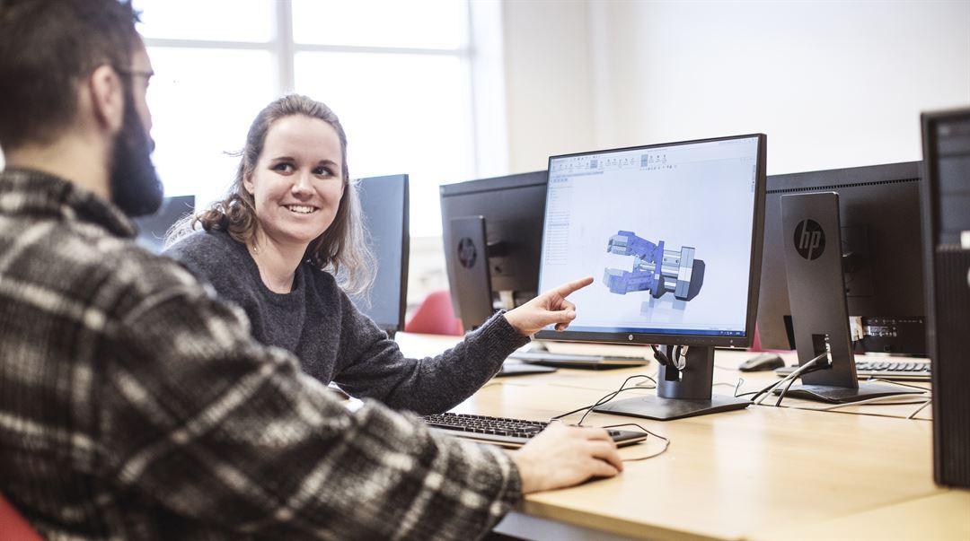 Studenter vid sportteknologi jobbar med CAD
