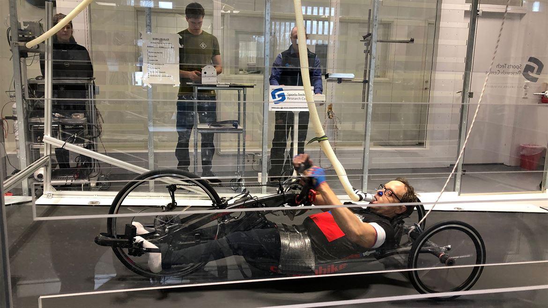 Peter Malmberg, handcyklist, i Mittuniversitetets vindtunnel.