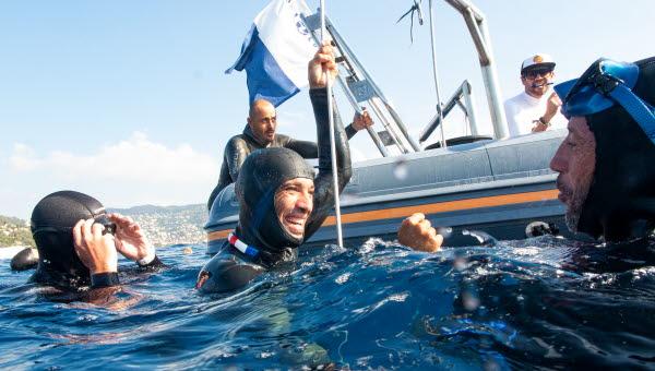 Fem dykare genomförde totalt 17 dyk där ett av dyken var till 107 meters djup.