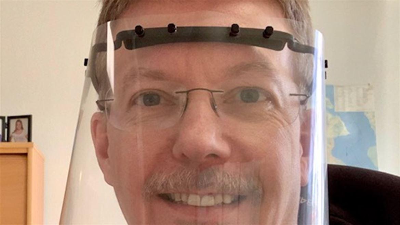Anders Engelholm med 3D-printat skyddsvisir