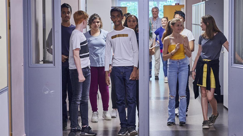 Högstadieelever i skolans korridor
