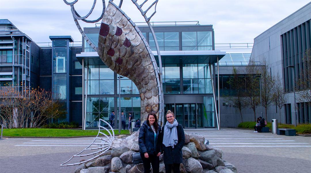 Felicia och Celie utanför IT Sligo