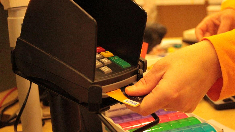 Demonstration av kortbetalning, VISA-kort, kortläsare
