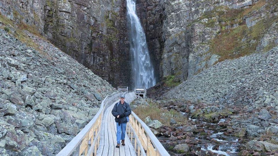 Besökare vid Njupeskärs vattenfallet i Fulufjällets nationalpark