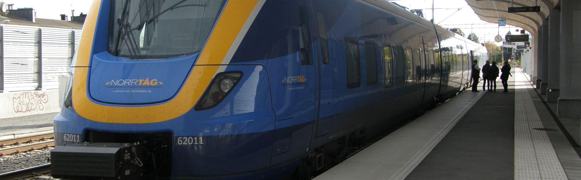 Tåg från Norrtåg, tågvagn vid perrong
