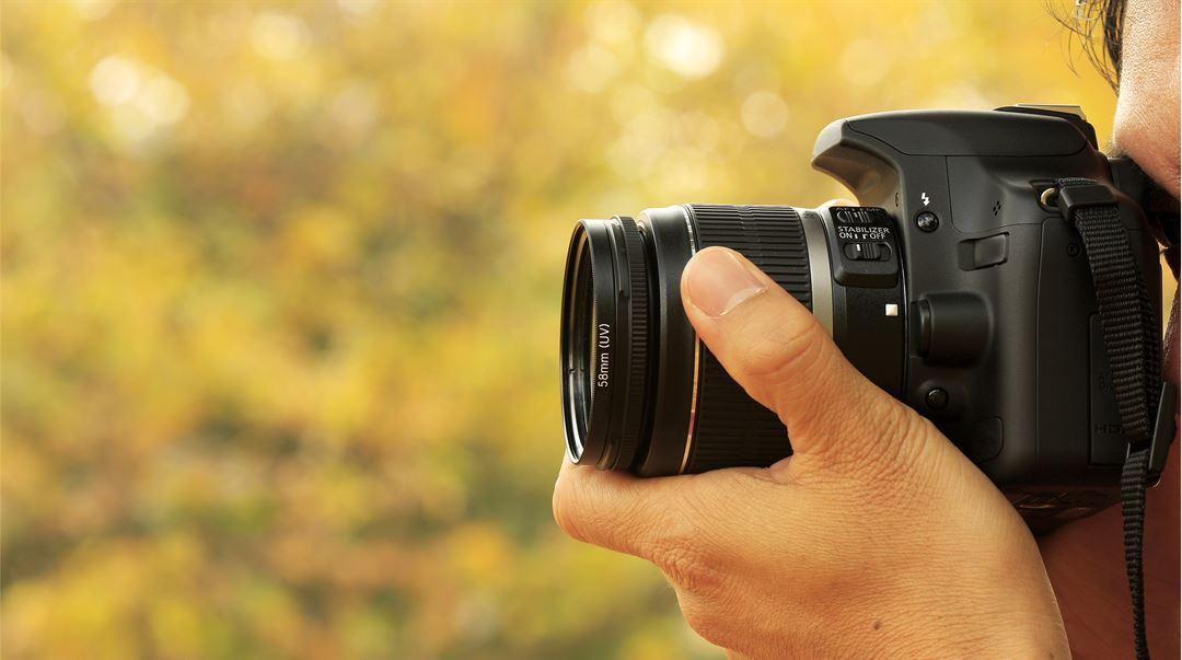 Fotograf med ett skott med en digitalkamera