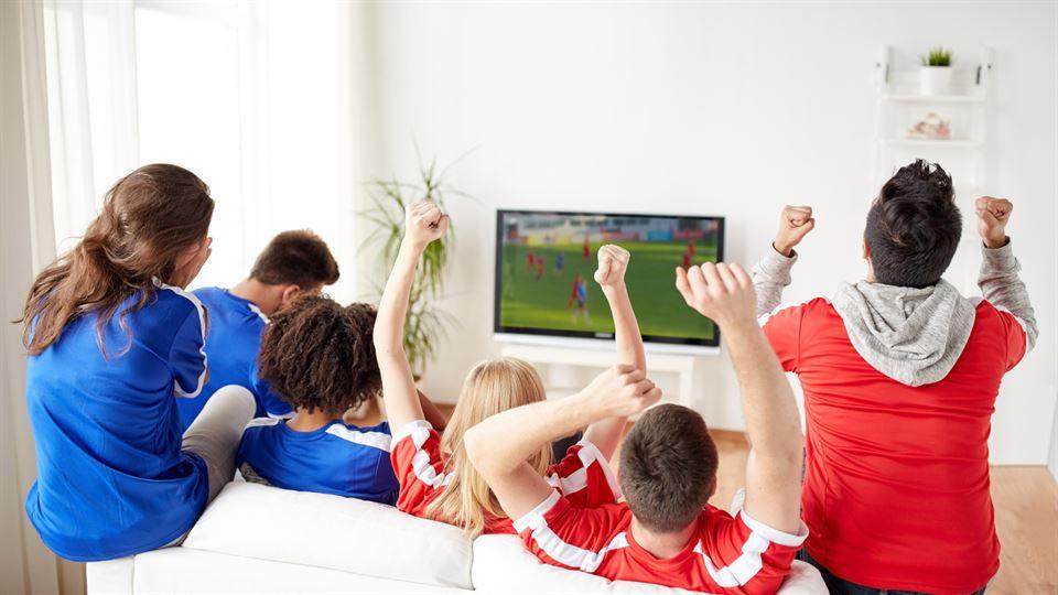 Fotbollsfans framför TVn